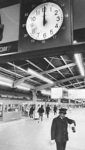 駅の時計の中には実はラジオが埋め込まれていた
